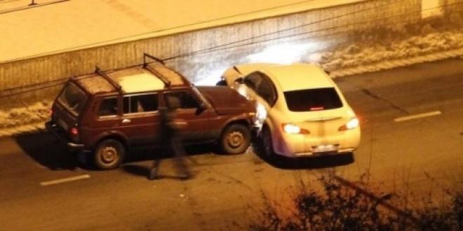 Водитель Infiniti в Тольятти дважды врезался в отбойник