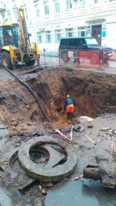 В центре Самары из-за прорыва водопровода обвалилось дорожное полотно