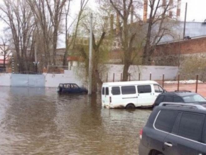 """На Ульяновском спуске в Самаре из воды """"вылавливали"""" несколько машин"""