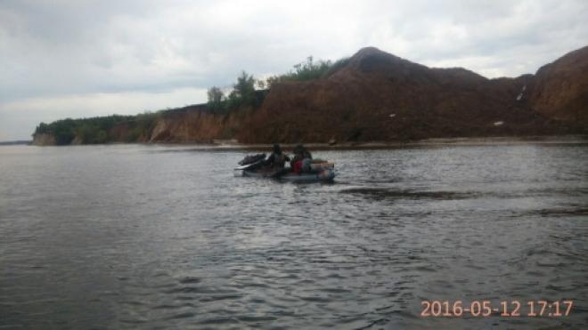 Самарские спасатели на Волге эвакуировали двух человек с байдарки