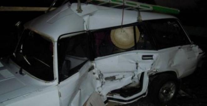 В Самарской области вазовская легковушка заехала под поезд