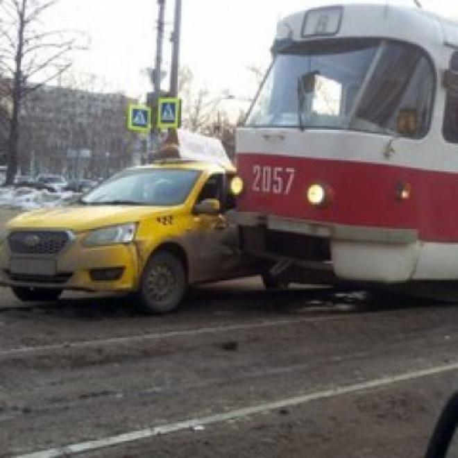 Сегодня утром в Самаре столкнулись трамвай и такси