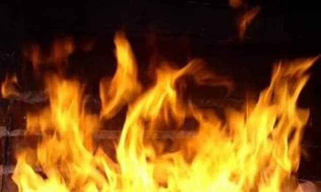 Из огня, полыхавшего в общежитии сегодня ночью, пожарные вынесли мужчину