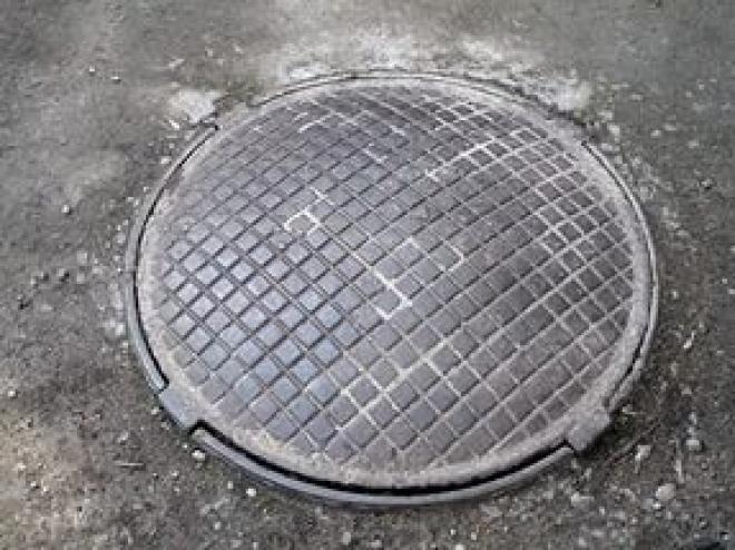 Десятки канализационных колодцев в Самаре закатали в асфальт и забили мусором