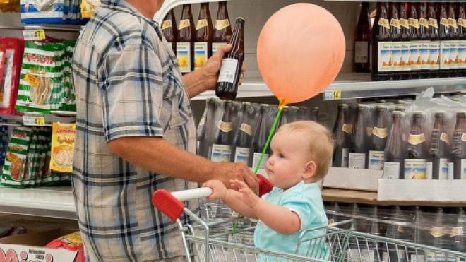 Законодатели предлагают наказывать и родителей за покупку алкоголя подростками