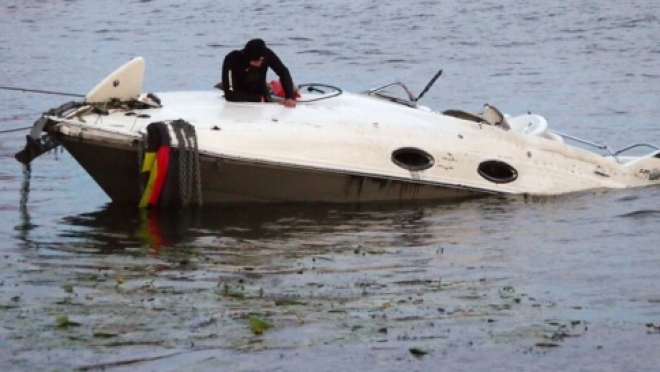 На реке Самара моторная лодка с пассажирами столкнулась с баржей